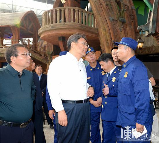 王文涛在哈尔滨波塞冬旅游度假区检查人员密集场所安全。孙强 摄