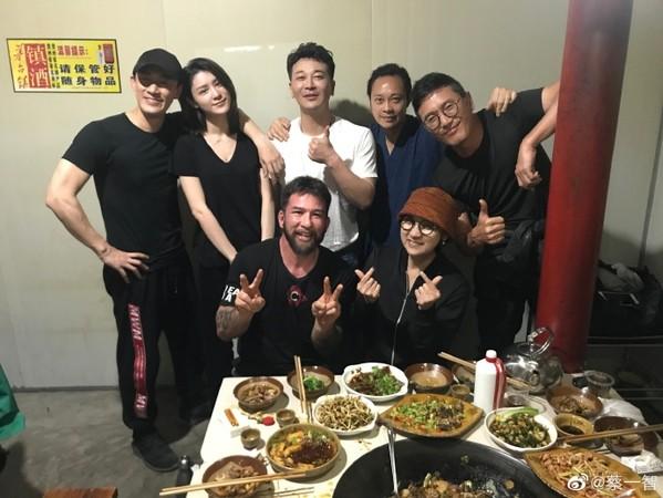 蔡一智PO出剧组聚餐照,林峯和女友(后排左一、左二)穿情侣装出席。
