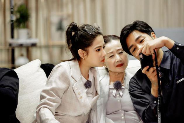 袁成杰、陈芊芊和妈妈看照片
