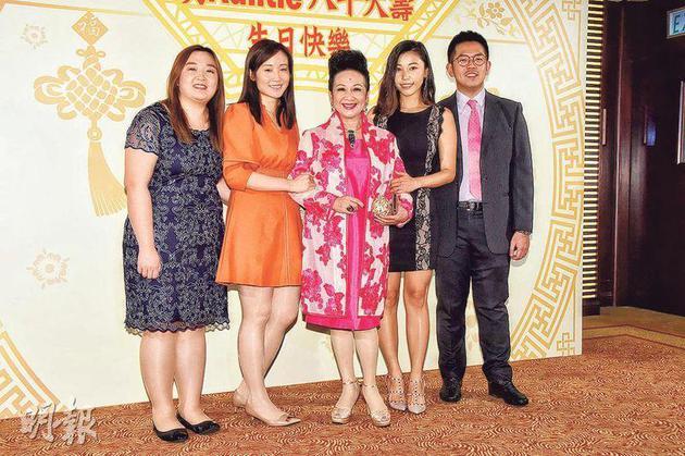 薛家燕(中)前晚(9月1日)与两个女儿(左一、二)及儿媳(右一、二)出席莫何敏仪的生日派对。