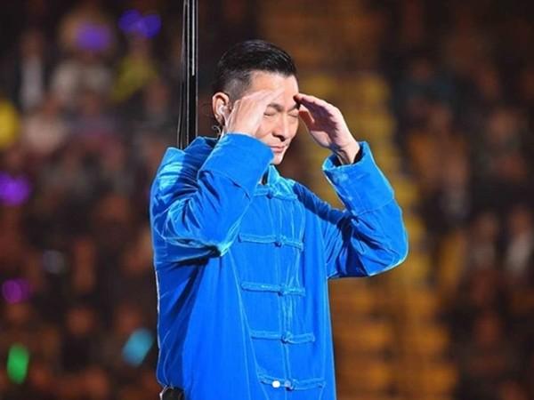 刘德华当时在台上落泪道歉。