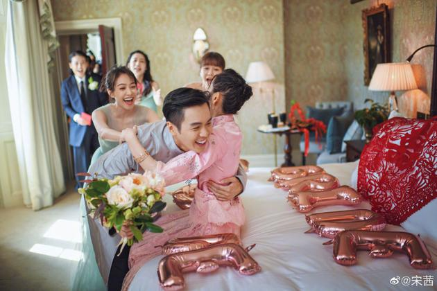 宋茜(左)是唐艺昕的伴娘团成员