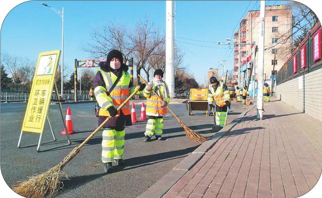 环卫工人在公滨路作业区清扫。