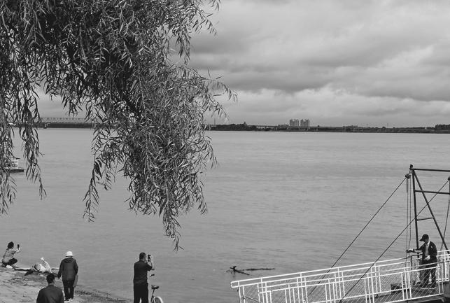 19日,一号洪水到来时松花江佳木斯段水面。 蔡天鹤摄