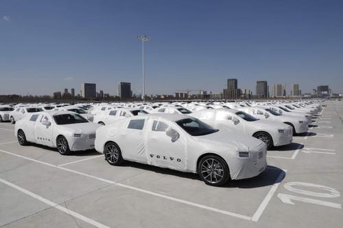 大庆沃尔沃汽车制造有限公司生产的S90轿车待装车出口。汪晓涛摄