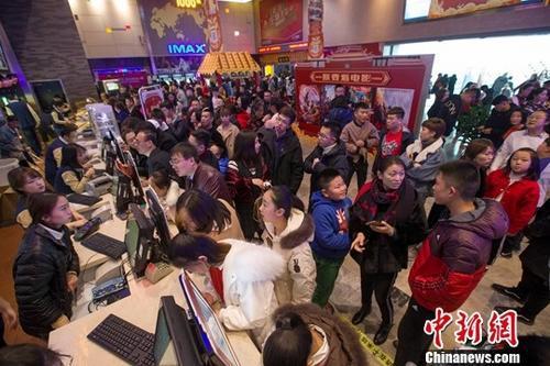 民众大年初一在电影院观看电影。中新社记者 张云 摄
