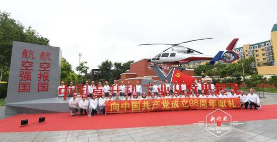 """"""" 启航园 """" 内展示的是于 1992 年成功首飞的直 9 直升机国产化的第一架飞机。"""