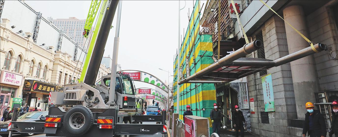 中央大街街区西十二道街广告牌拆除现场。赵琪摄