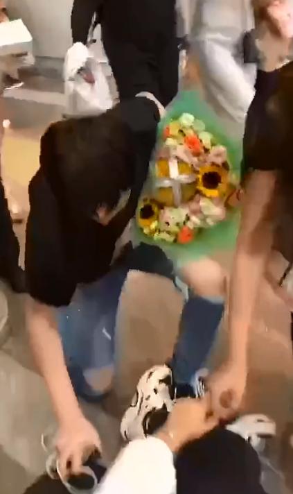 刘宇宁单膝下跪扶摔倒粉丝