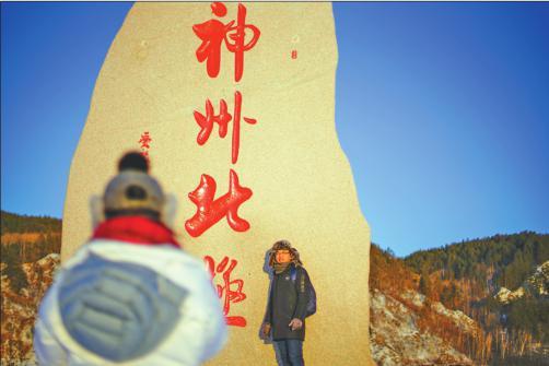 一对情侣正在相互录制小视频,第一次见雪难掩兴奋。记者刘心杨摄