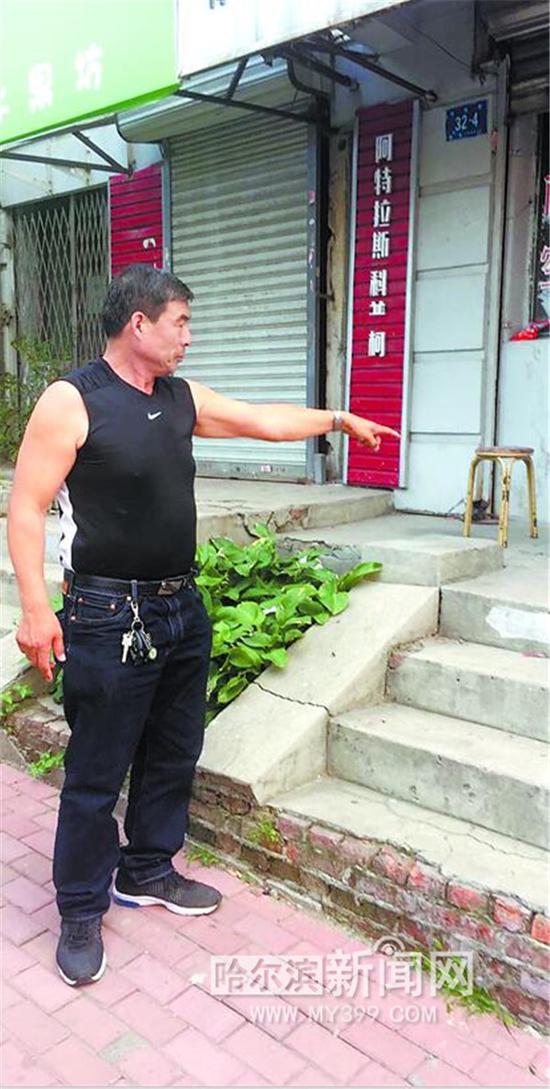 胡老汉向记者讲述事发过程。