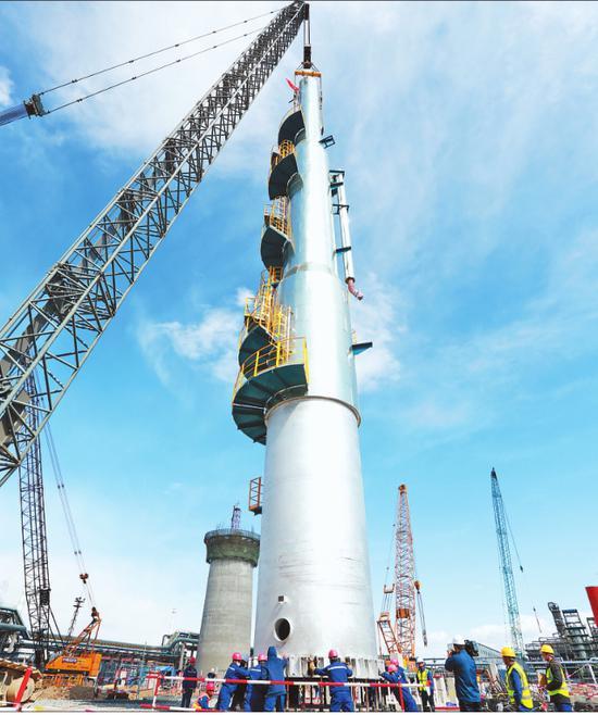 大型设备脱戊烷塔吊装中。 严晟摄