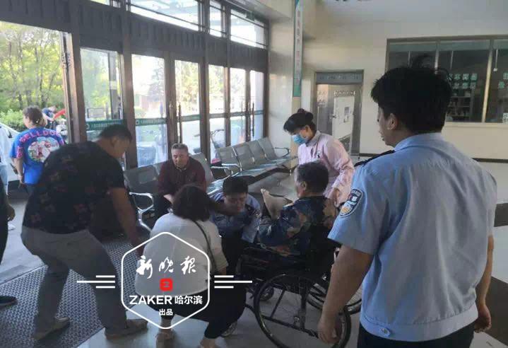 黑龙江八旬老人被恶犬扑咬 多亏民警及时赶到