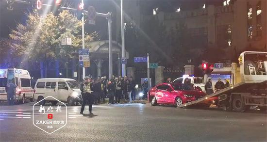 深夜哈市西大直街一微面撞上马自达后侧翻 司机受伤