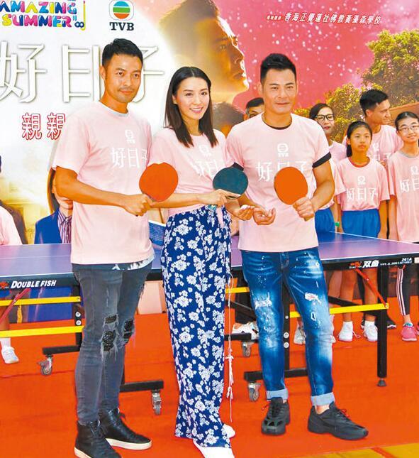 陈炜、黄智贤和张达伦在活动中打乒乓球。