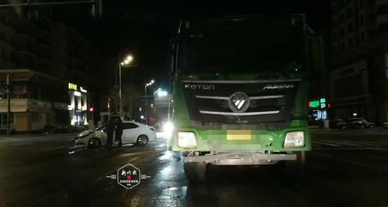 雪后大货车凌晨闯红灯 被撞轿车180度旋转转圈 幸无人受伤