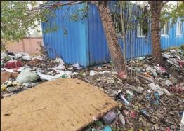 哈尔滨市香坊区居民反映 院外变垃圾场推门就看垃圾堆