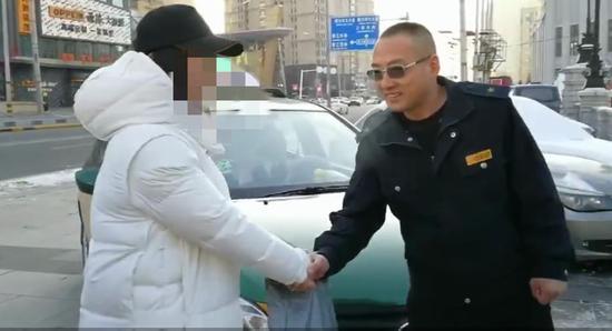 哈尔滨一女子打车落下2万元 的哥赶路40公里送钱