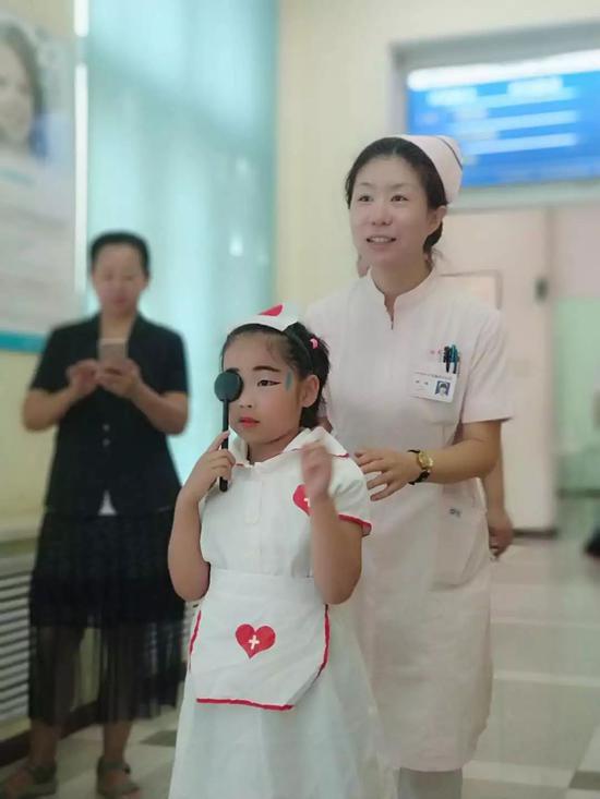 小朋友在扮演小医生和体验单眼视与双眼视的差别