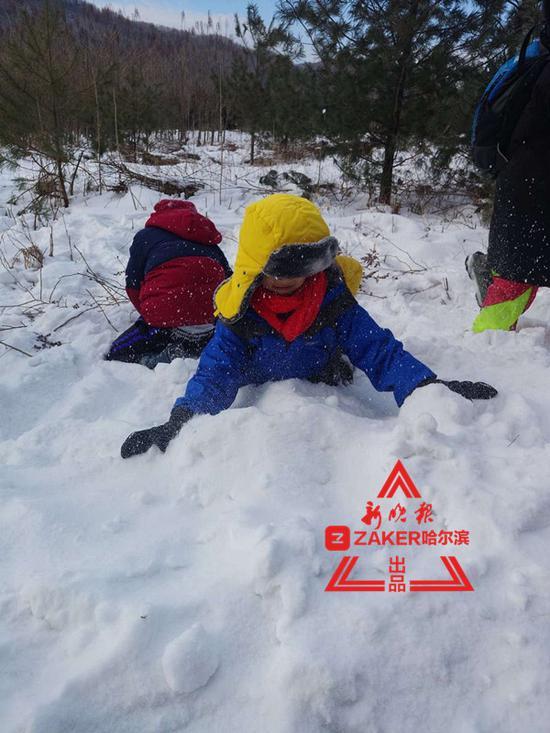 孩子们兴奋得要把雪吃进嘴里