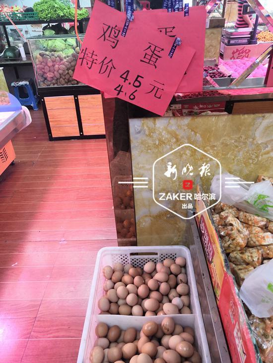 鸡蛋价格一天一涨,价签不得不多次涂改。