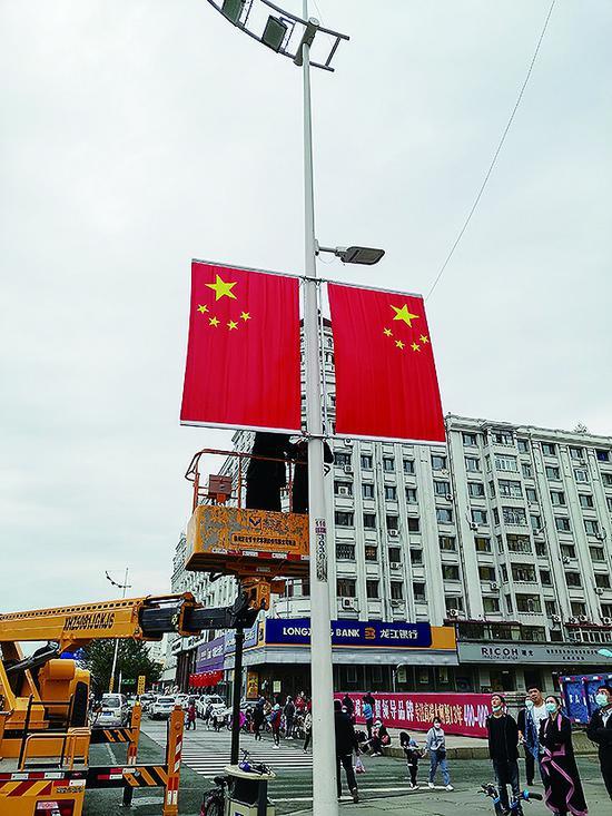 为烘托国庆节日氛围 哈尔滨市58条街路装点国旗