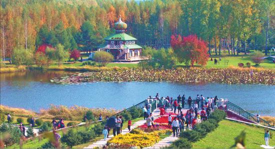 伏尔加庄园迎来了众多游客,在这里人们欣赏到美丽的红叶和异域风格的建筑。