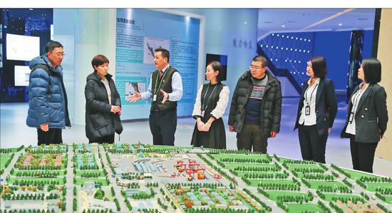 """在哈尔滨华南城有限公司,""""首席服务官""""何云霞(左二)、姜山(右三)、张智伟(左一)与该公司相关负责人探讨企业发展规划。侯军本报记者刘艳摄"""