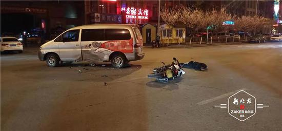 凌晨 群力一摩托車與面(mian)包(bao)車相撞 駕駛員(yuan)倒(dao)地重傷