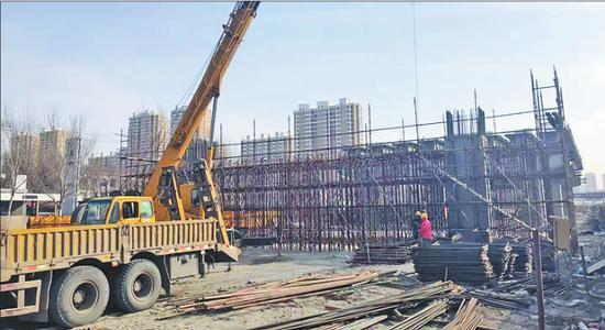 东二环高架桥施工现场。 本报记者邢汉夫摄