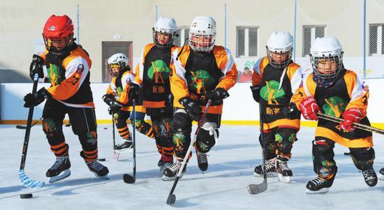 新康小学课后服务开展冰球运动