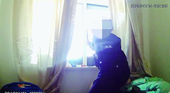 黑河青年因父亲管教严欲跳楼 民警脚蹬窗框奋力拽回
