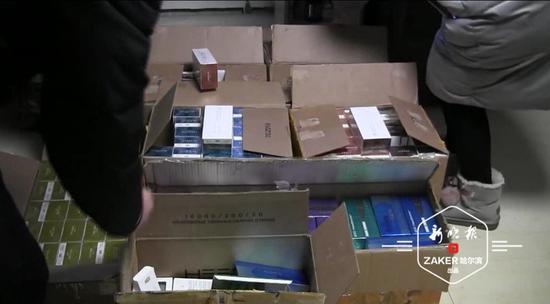 警方缴获走私的电子烟烟弹。视频截图 ↑