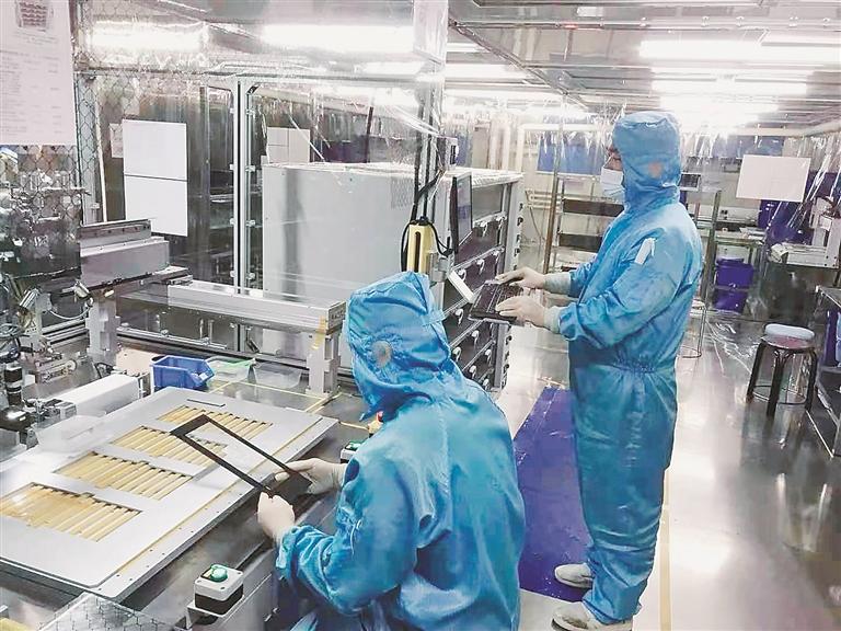 黑龙江天有为电子有限责任公司生产线技术人员在工作中。 本报资料片