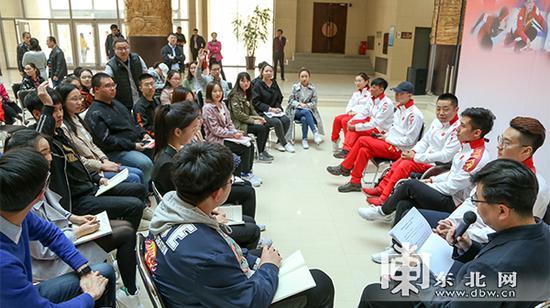 报告团成员与学生代表交流互动。东北网记者 安泽 摄