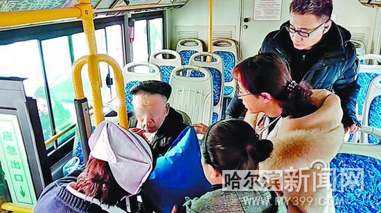 乘客和医护人员为老人施救。