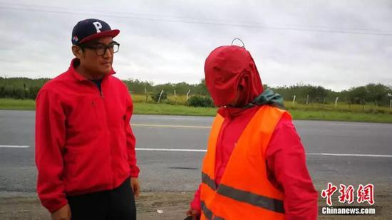 白斌还原他被绑架的场景 受访者供图