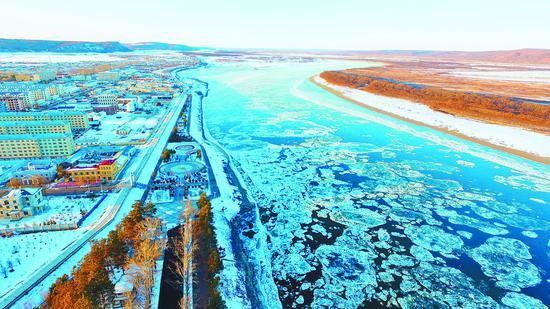 溜冰期的黑龙江呼玛段。 王婷本报记者刘大泳摄