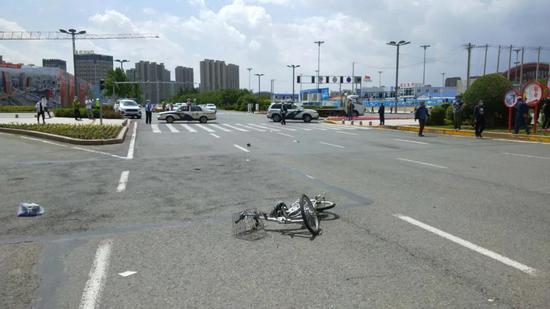 哈尔滨街头奔驰跑车与电动车相撞 六旬骑车男子身亡