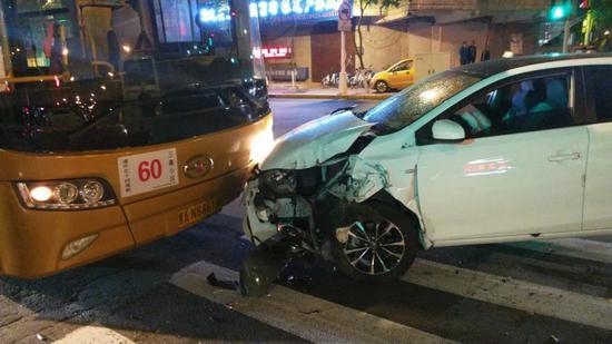 昨夜!哈尔滨一白色轿车连撞两辆公交所幸无人员伤亡