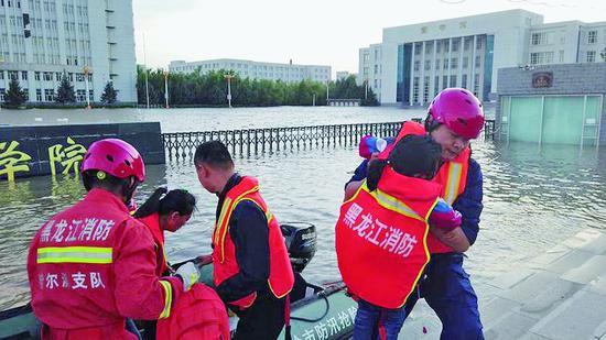 台风致内涝54名群众被困 消防救援人员疏散转移
