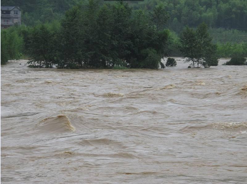 15吨沙船冲入河中发生漂移25名官兵化解险情