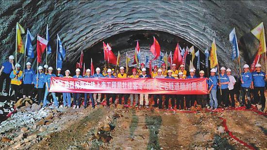 牡佳高铁长安屯隧道顺利贯通。翟胜辉摄
