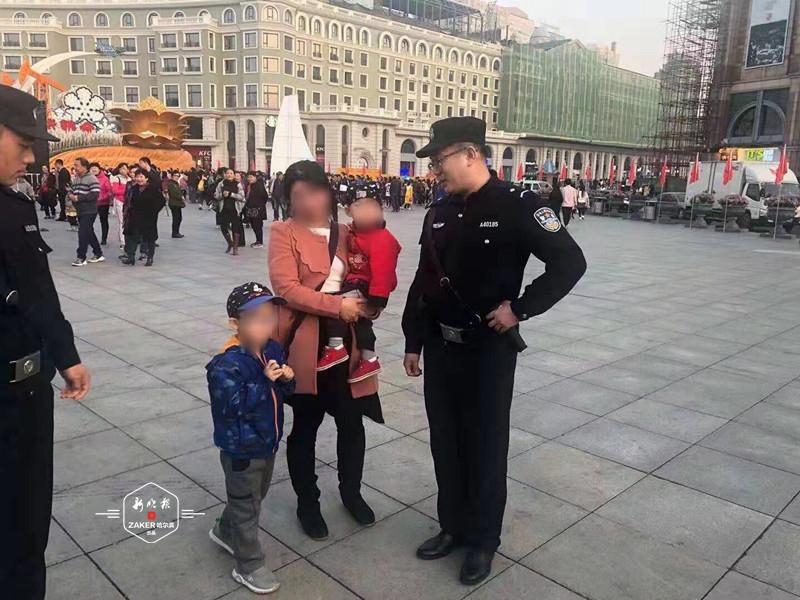 妈独自带俩娃来江边看彩车 5岁老大被挤散见着辅警求抱大腿