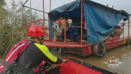 事发哈尔滨市阳明滩大桥附近 仨渔民被困船上等待救援