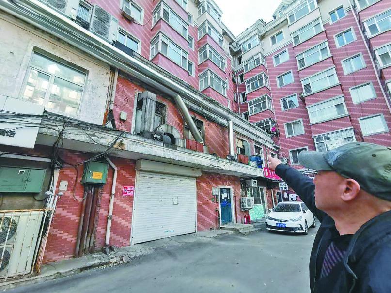 《【杏耀账号注册】哈尔滨大众嘉园2号楼 大烟囱连过三个单元爬上楼顶》
