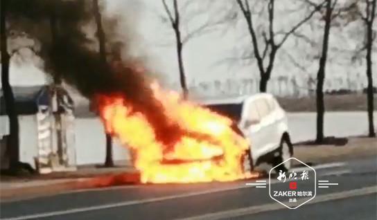 滨水大道上商务车突然起火烧成空壳 驾驶员及时逃生