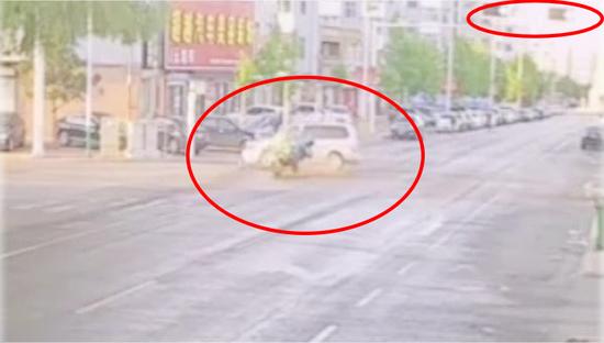 未戴头盔!黑龙江一男子闯红灯被撞飞抢救无效