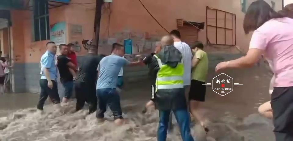 巴彦兴隆镇大雨连下俩小时 交警城管组人墙护送行人