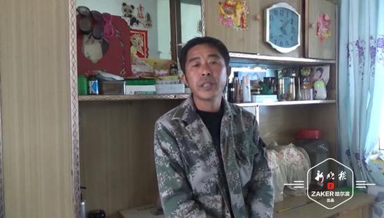 村民老杨讲述发现炮弹的情况。视频截图 ↑